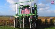 Démonstration du tracteur enjambeur Voltis de Tecnoma dans les vignes en Champagne.