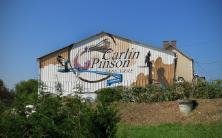 Peinture de Sismikazot, sur le hangar du Domain Carlin-Pinson à Sancerres