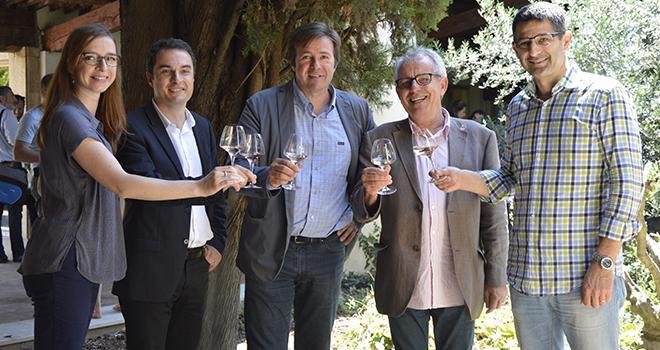 De gauche à droite : Anne Daumark et Grégoire Machenaud du cabinet ABSO Conseil, Didier Simonini, président des Vignerons indépendants de Paca, Charles Laugier, délégué à la Forêt au conseil régionale de Paca, et Thomas Montagne, président des VIF, lors de la restitution le 16 juin dernier à Aix-en-Provence.