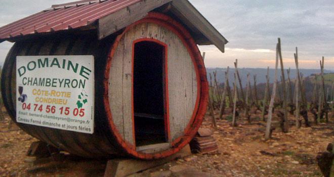 Une bonne idée recyclage pour les vignerons : installer un cabanon d'accueil à l'entrée de leur domaine, fait dans un vieux foudre.