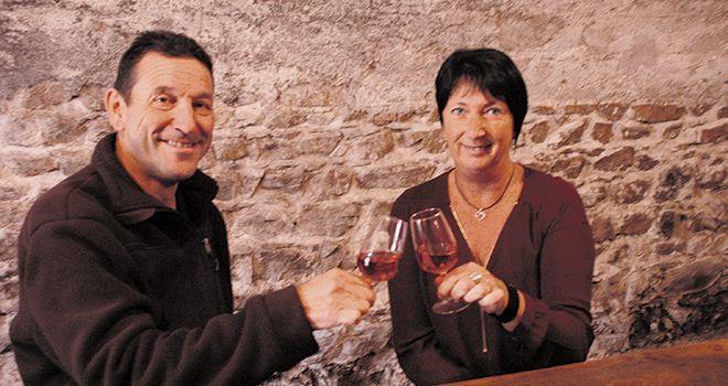 Jean-Michel et Viviane Tournissoux commercialisent aujourd'hui un tiers de leur production auprès des particuliers, en bouteille ou en Bib. Photo: i. aubert/pixel image