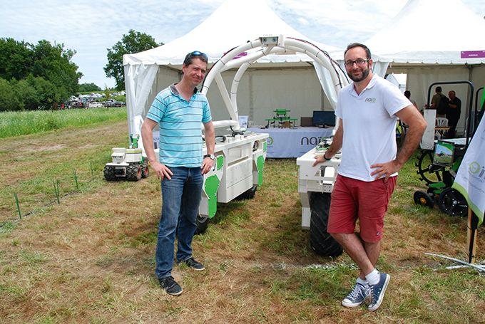Matthias Carrière, directeur commercial chez Naïo technologie (à droite), et Christophe Gaviglio, en charge des expérimentations des matériels viticoles à l'IFV, à côté de Ted. Photos: O.Lévêque/Pixel Image