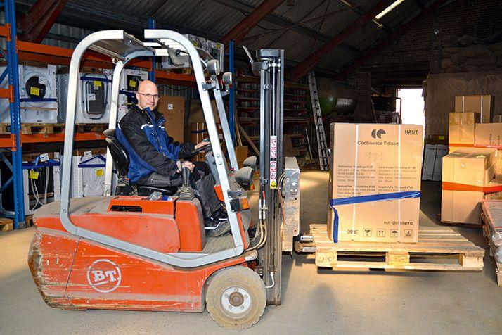 Geneviève et Alain Maille, agriculteurs dans le Nord et ferme relais de la première heure, ont investi dans des racks et dans un chariot élévateur. © S.Bot/Média et Agriculture