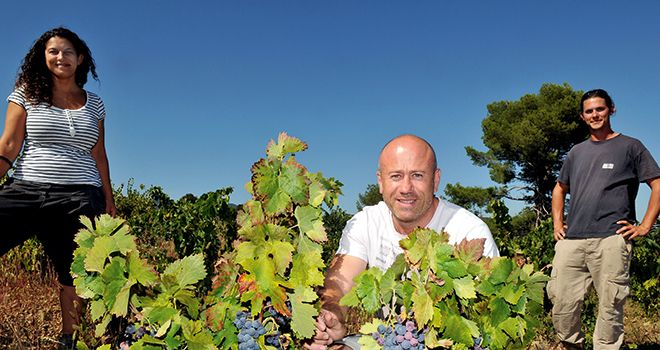 Ludovic Aventin, le fondateur de Terra Hominis, encadré par Sybil et Alexandre. Les deux jeunes futurs vignerons  vont pourvoir s'installer grâce au principe de l'investissement participatif et aux GFV. Photo : Terra Hominis