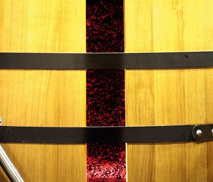 Les cuves en bois comportent une douelle en verre, permettant de visualiser et de limiter les opérations de remontage au juste nécessaire.  Photo : Château Dauzac