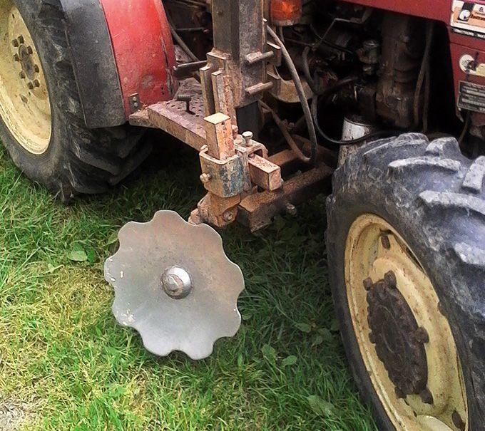 Des disques Rust désherbent le rang en parallèle d'un autre outil, attelé à l'arrière ou  à l'avant du tracteur. Photo : Franck Pascal