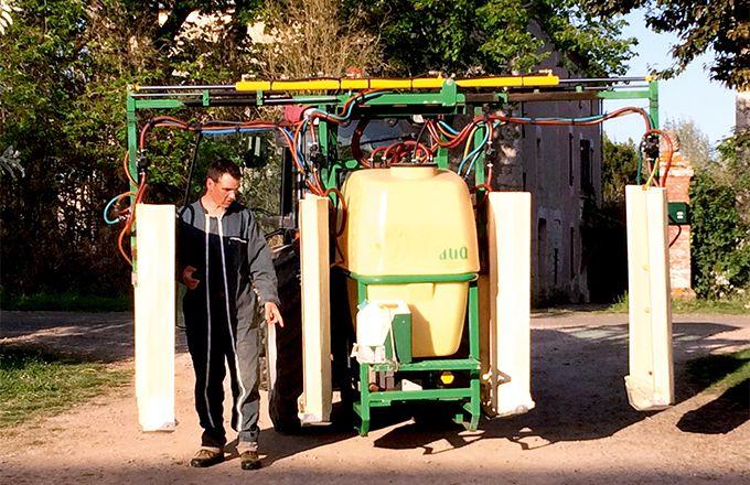 Le pulvérisateur avec panneaux récupérateurs ne faisant que deux rangs, Sylvain Galand, a choisi d'augmenter sa vitesse d'avancement à 9,5km/h. CP : Sylvain Galand