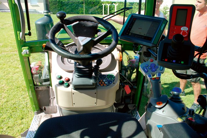 En cabine, le tracteur reçoit une console GPS. © S. Billaud/ATC