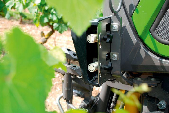 De chaque côté du tracteur, deuxcapteurs ultrasons orientables sont présents.  Ce sont eux qui vont détecter les obstacles, pour assurer  le guidage. © S. Billaud/ATC