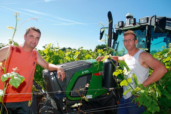 Nicolas Savarit, à gauche, est le gérant du domaine. Vincent Viarnet, à droite, est un des salariés. C'est lui qui a réalisé l'essentiel du travail pendant la semaine d'essai. © S. Billaud/ATC