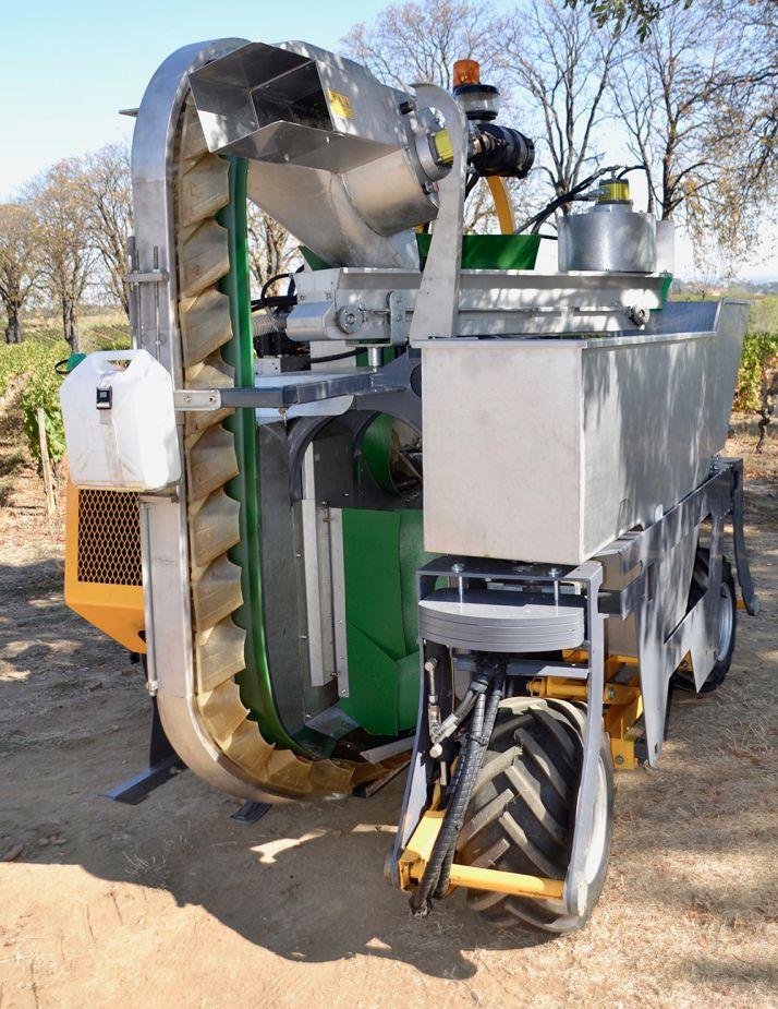 Un extracteur de feuille est placé à la chute du raisin de la noria sur le tapis. Le second extracteur est posé en bout de tapis, avant la chute  dans le bac. © F. Roussel/Pixel Image