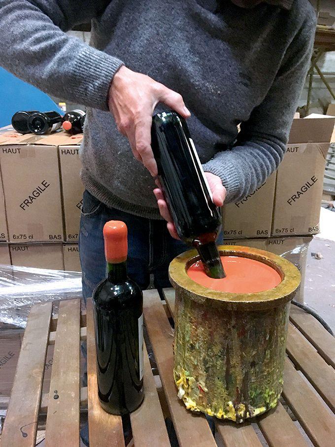 Cachetage dans un pot chauffant électrique avec corps de chauffe en fonte d'aluminium, de la société Sesol France.