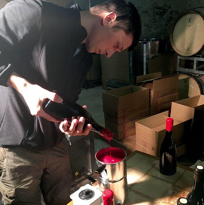 Nicolas Ferrand, cogérant du Domaine Tardieu-Ferrand dans le Gard, cire les bouteilles de la cuvée  Les Galets 2015.
