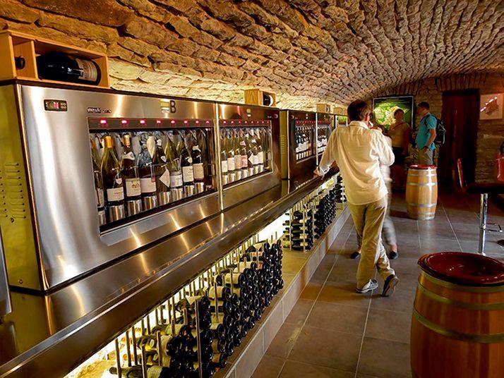 Les 45 domaines représentés au sein du caveau divin Mercurey contribuent au financement du fonctionnement du caveau par une remise sur leurs prix de vente et une cotisation de 300€ à l'année. © Caveau divin Mercurey
