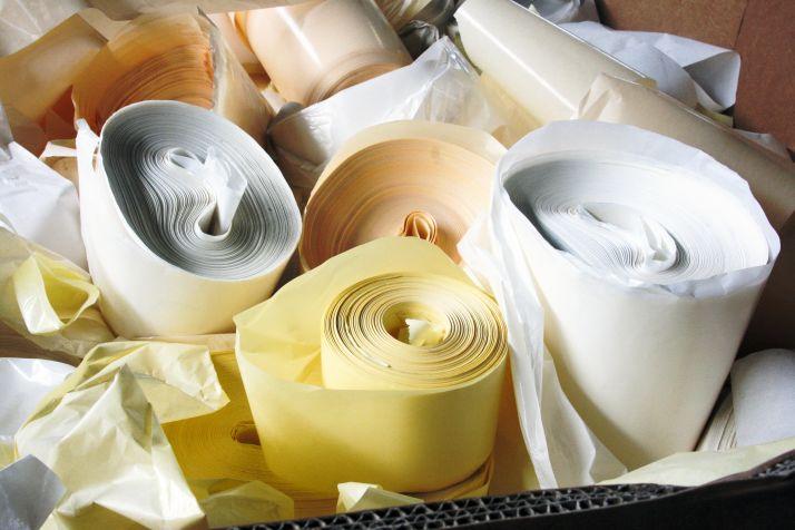 La glassine collectée en France par Avery Dennison ou Valopteam est recyclée au sein de l'Union européenne, plus précisément en Autriche pour Avery Dennison.  Les 5% de silicone contenu dans la glassine n'ont pour le moment pas de filière de recyclage.