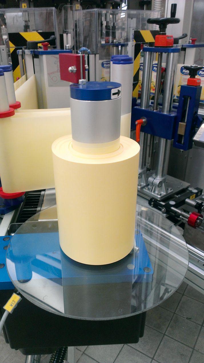 Le papier siliconé est un support pour étiquettes autocollantes. En rouleaux ou en chutes, il peut être recyclé, sans étiquette. Selon Avery Dennison moins de 5% de la glassine consommée en France est recyclée.