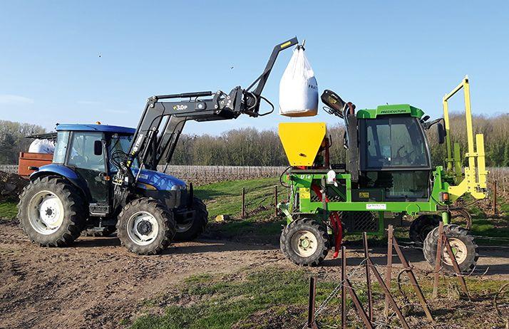 Ils ont construit leur épandeur d'engrais localisé. © flavien roussel / média;et agriculture