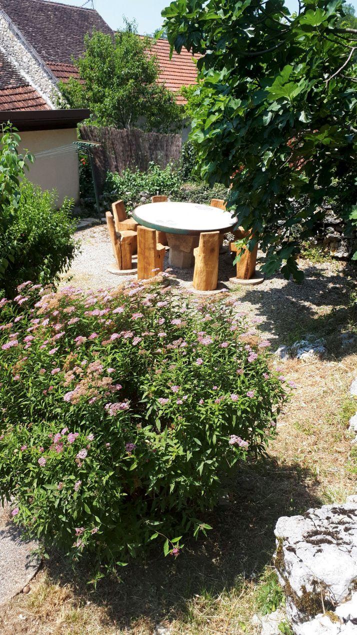 La terrasse en pierres sèches, adossée au gîte, donne sur la montagne.