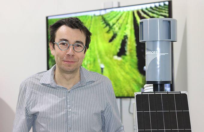 Jérôme Kasparian, du département de physique appliquée de l'université de Genève, propose Agrolase, un détecteur qui s'installe sur les stations météo. Sa technologie par néphélométrie laser permet de compter les spores de mildiou et d'oïdium.