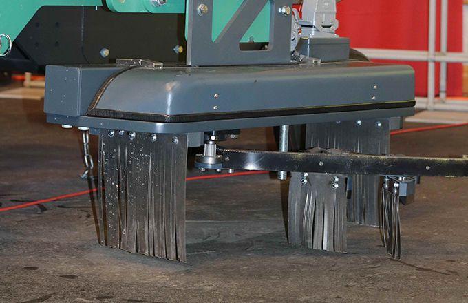 Le désherbage électrique  sur l'interrrang, c'est possible avec X-Power (Electrical Weed Control) et une centrale électrique embarquée sur  un châssis Clémens.  Actuellement en test.
