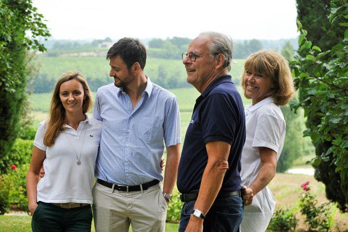 Caroline Decoster (à gauche), en famille,  au Château Fleur-Cardinale.