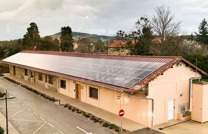 Depuis le mois de janvier 2020, 1765m2 de toiture produisent de l'électricité utilisée en autoconsommation par les Vignerons des Terres Secrètes. CP : Vignerons des Terres Secrètes.