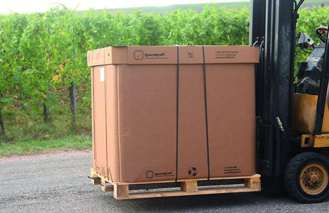 Chaque SpaceKraft® se compose d'une enveloppe en carton rigide et d'une enveloppe interne souple,  tel un BIB de 1000 litres.