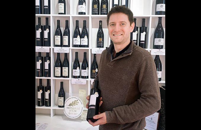 Depuis plus de dix ans, Guillaume Reynaud commercialise des vins rouges sans sulfites ajoutés. La moitié de sa production est mise en bouteille. Photo : S.Favre/Média&agriculture