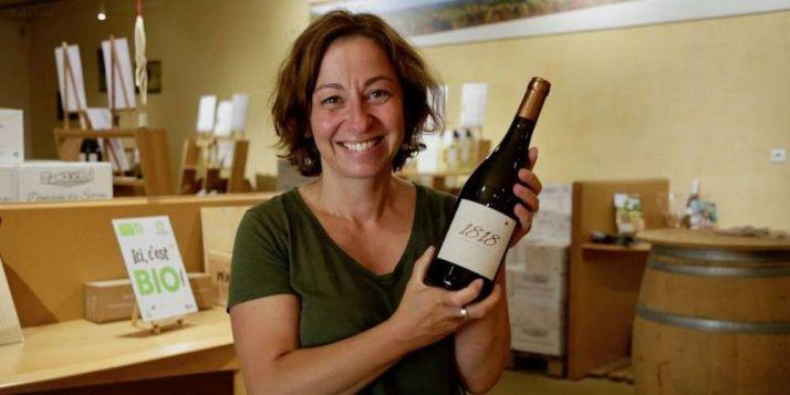 Muriel Landat-Pradeaux accueille régulièrement des visiteurs sur son domaine viticole à Saint-Aubin-de-Cadelech. © Crédit photo : Graines d'agriculteurs