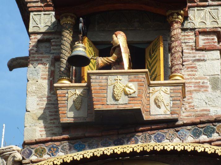 Même les bâtiments ont des décorations rappelant  la vigne à Tbilissi (S.Badet)