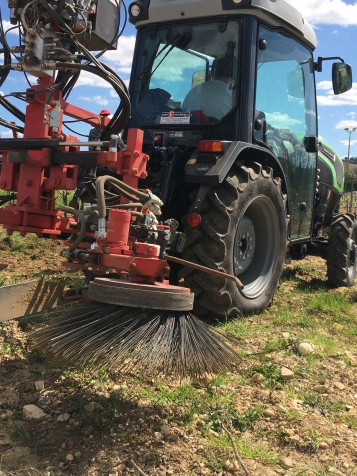 Axema a mené une étude sur la capacité industrielle à assurer une transition du désherbage systémique à base de glyphosate vers des modes de désherbage alternatifs, principalement mécaniques, en vigne et arboriculture à court terme 3 à 6 mois