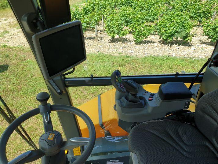 En cabine, le chauffeur pourra s'appuyer sur un écran Isobus de 12 pouces et un joystick multifonction. Credit photo : S.Billaud/Media et Agriculture