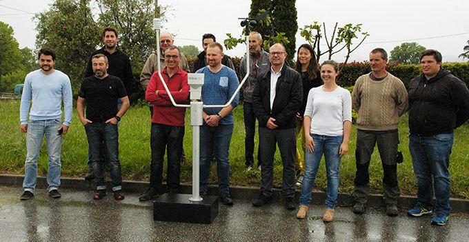 Une partie des adhérents et salariés de Cooptain posent autour d'une station Météus, avec les représentants d'Isagri. Photo :  I. Aubert/Pixel Image