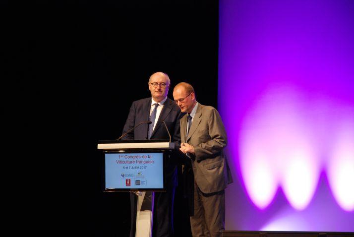 Phil Hogan (à gauche), commissaire européen à l'griculture, lors du 1er Congrès de la Viticulture à Bordeaux, le 6 juillet 2017.