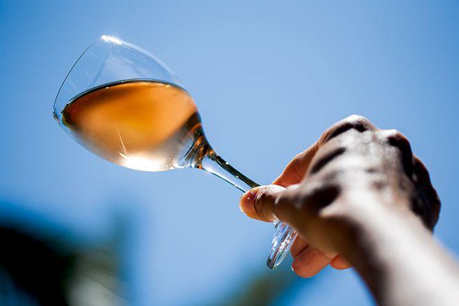 Outre l'utilisation «classique» des lies sur blancs, il est possible d'améliorer les rosés un peu maigres grâce à un passage sur les lies d'un autre vin. Une technique peu coûteuse, mais qui doit être planifiée. Photo : plprod/Fotolia