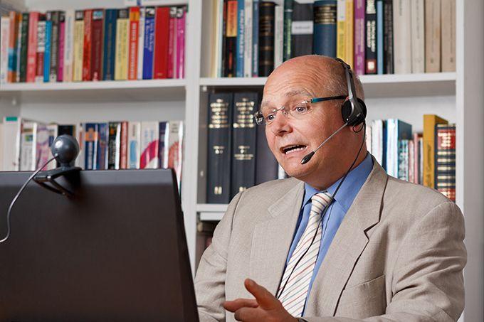 L'expert vient pour présenter une expertise, une valeur ajoutée… Comme lors d'une conférence en présentiel. Photo : Agenturfotografin/Fotolia