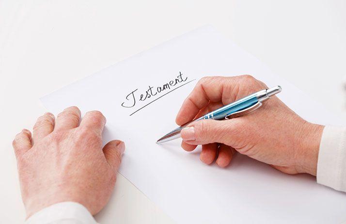 Le testament, qui doit être obligatoirement rédigé par écrit, ne prendra effet qu'au décès de son testateur. © Iurii Sokolov/fotolia