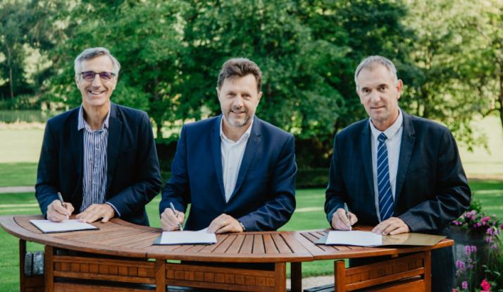 De gauche à droite : Luc Servant, Président de la Chambred'agriculture de Charente-Maritime, Florent Morillon, Directeur Amont de la Maison Hennessy, Christian Daniau, Président de la Chambre d'agriculture de Charente.