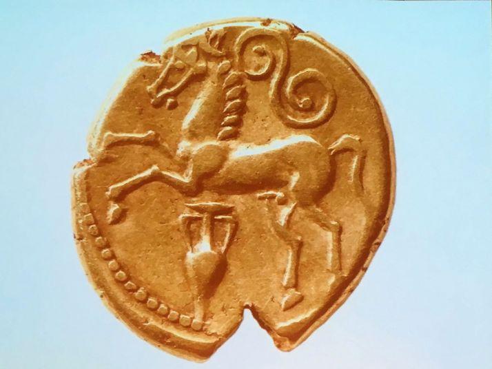Cette monnaie gauloise, frappée sous Vercingétorix, comporte une amphore, ce qui témoigne de la place du vin dans la société de l'époque.