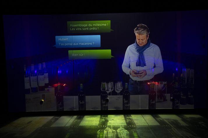 L'hologramme de Laurent Méry accueille les oenotouristes pour une partie de la visite du chai.