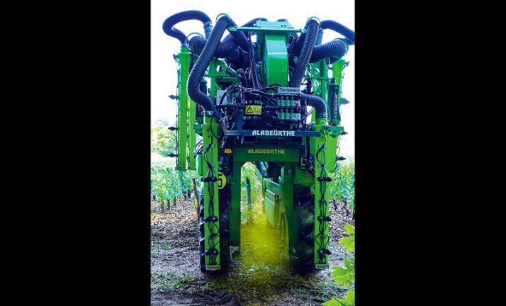 La rétention d'un colorant alimentaire (la tartrazine) au niveau des feuilles a été mesurée au vignoble, lors des expérimentations menées en Bourgogne sur le biocontrôle et la qualité de pulvérisation.