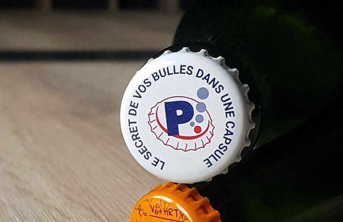 Le CO2 produit pendant la prise de mousse en bouteille s'échappe progressivement lors du vieillissement sur lies à travers la capsule. PEDI France
