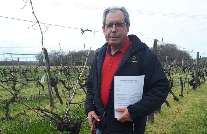Dominique Favre, SCEA Favre en Charente-Maritime, se déplace dans ses vignes avec sa fiche d'attestation dûment remplie. Photo : Nathalie Favre