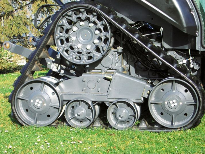 «La traction des chenilles est meilleure par rapport à un train roulant classique. On le constate surtout dans la pente et le dévers. Les chenilles accrochent mieux à la surface du sol.» © Kubota