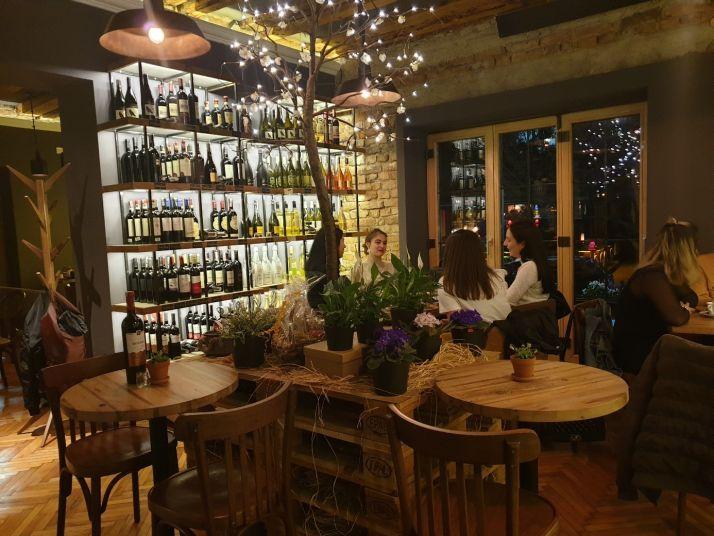 La capitale Pristina, fourmille de restaurants, de cafés et de bars à vins branchés, où s'affichent les vins locaux.