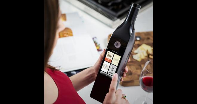 Kuvée est un objet connecté qui a une forme de bouteille de vin, dans le lequel une cartouche contenant du vin peut être enfiler. Photo : DR