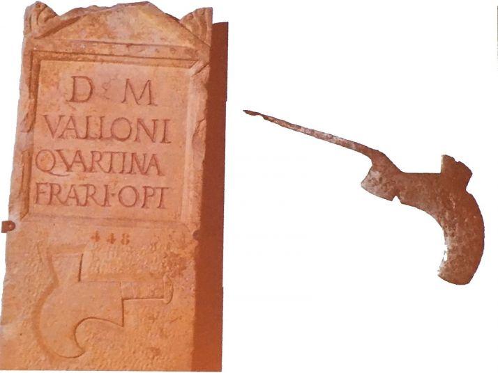 Cette tombe est celle d'un vigneron, comme l'atteste la présence de la serpette vigneronne caractéristique.