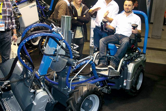Le Vitrac, de fabrication italienne, pèse 700 kg, pour 32 ch, avec transmission hydrostatique. Idéal pour les très grandes pentes, mais pour l'heure, juste conçu pour les traitements et la fauche (31000€). Photos : DL
