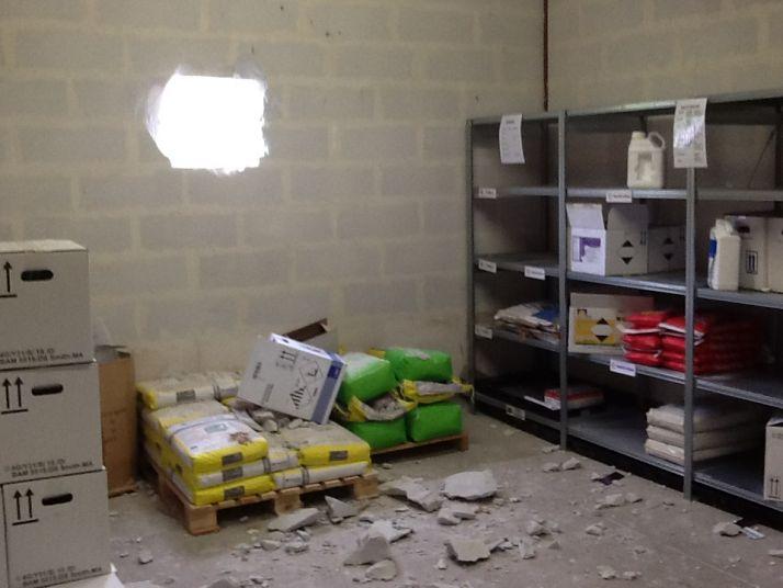 Les cambrioleurs ont creusé un trou dans le mur du local phyto avant de faire main-basse sur les produits les plus coûteux. Photo : DR