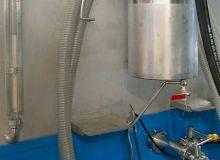 Sur sa remorque, la citerne du mélangeur de bouillie d'André Rühlmann. En noir, les fils d'alimentation électrique du système d'agitation; on aperçoit aussi les tuyaux en PVC pour le transfert du produitphyto; et enfin, au premier plan, un cuvon de 40litres rempli d'eau, à utiliser comme rince-doigts ou rince-buses. M. Chappatte